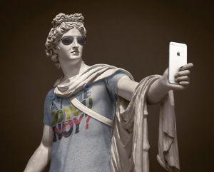 Аполлон со смартфоном и в очках