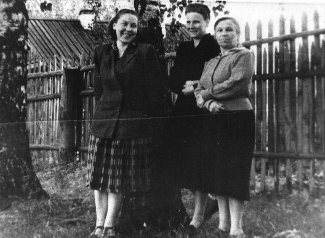 На снимке: А. П. Буланова крайняя справа