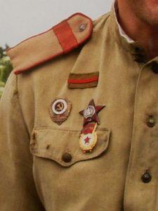 Знак ранения на советской униформе периода Великой Отечественной войны. Прямоугольная планка,  цветными полосками, указывающими на количество и тяжесть ранений.