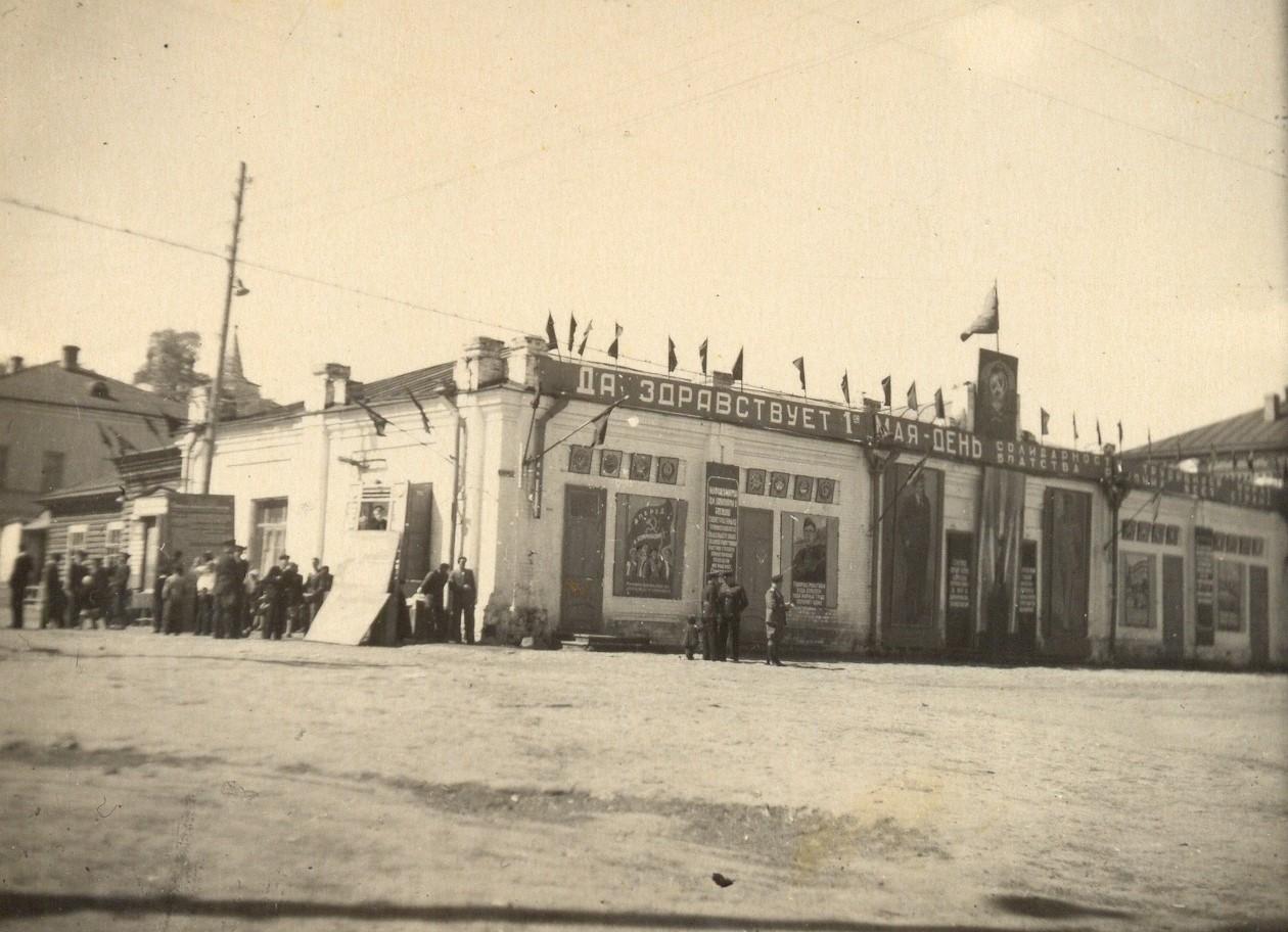 Таким было здание клуба им.Ленина до 1961 года. В деревянном пристрое располагалась профсоюзная библиотека судостроительного завода сразу после войны