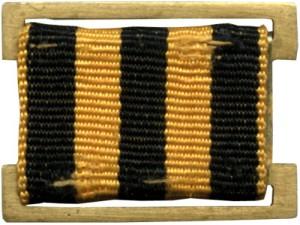 Нагрудный знак личного состава ВМФ. Чередование на ленте полос, закрепленных на латунной основе. Знак имеет прямоугольную форму.