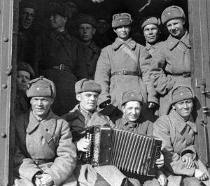 Солдаты с гармонью