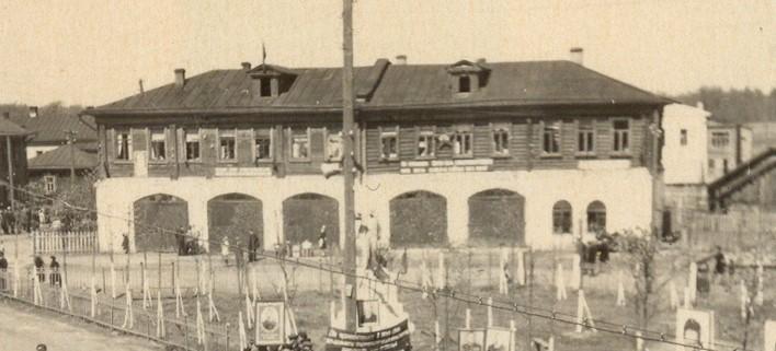 Здание пожарного депо. На втором этаже в годы войны располагалась детская библиотека.  Здание разрушено в 1980-е гг.