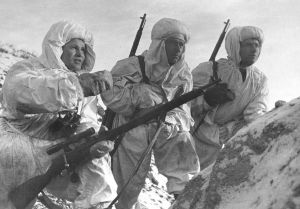 Снайпер, герой Советского Союза Василий Зайцев объясняет новичкам предстоящую задачу. Снайперы в белых маскхалатах. Сталинград, декабрь,1942.