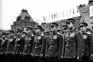 Участники Парада Победы 1945 г. Офицеры в парадной форме стоят в шеренгах на фоне стен Кремля.