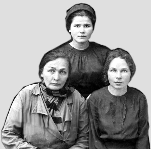 Фото из архива Н.А. Тюленевой. На обороте надпись: ««Коллектив Юрьев-Польской районной библиотеки. Перед отправкой меня на фронт. 1942 год, апрель месяц»
