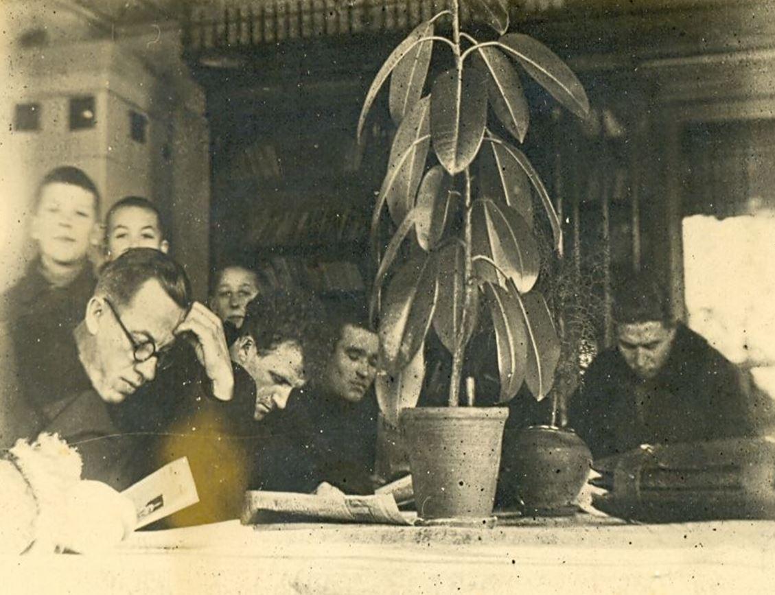 Читатели читального зала центральной библиотеки. Фото 1940-х годов