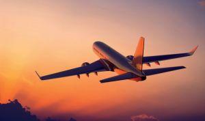 Летит самолет.