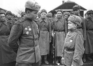 Солдаты Красной Армии в Великую Отечественную войну. Изображены взрослые и подросток в военной форме.