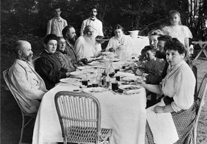 Л. Н. Толстой с семьёй за чаепитием в Ясной Поляне