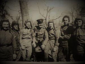 Советские танкисты в летней военной форме - гимнастерках. 1944 год.