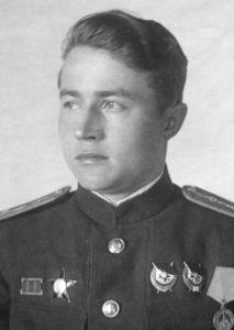 Лётчик Балтийского флота гвардии старший лейтенант В. Т. Чванов. Cлева от ордена Красной звезды — гвардейский знак ВМФ.