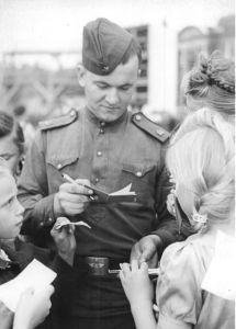 Фотография совесткого солдата в Берлине. Фотография из Федерального архива Германии.
