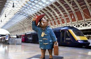 Скульптура медвежонка Паддингтона на вокзале.