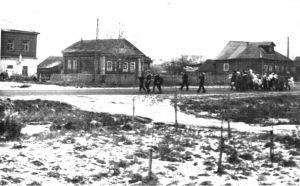 На фотографии угол здания, где находилась библиотека в годы войны. Фотография 50-х годов