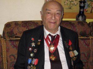 пожилой мужчина с орденами