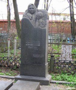 Могила М. В. Ворошиловой с внучками Марией и Зиной