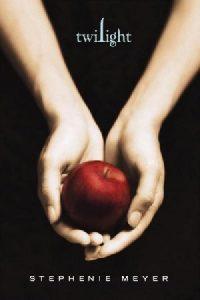 Руки девушки держат яблоко