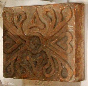 Красный изразец, найденный в Суздале