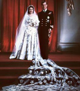 британская королева Елизавета II и ее супруг в свадебном одеянии