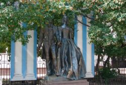 Памятник молодоженам