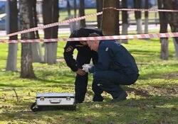 Следователь осматривает место преступления