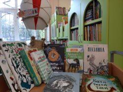 Воздушный шар и книги на фоне книжных полок