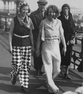Пижама. В 1932 году две женщины, одетые в яркие пижамы, взбудоражили публику на набережной Брайтона