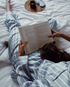 Пижама. Дама в полосатой пижаме, с книгой и собачкой