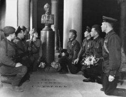 Бойцы принимают присягу у могилы А. В. Суворова, 1942 г.