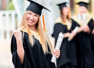 девушка в академической шапочке и мантии со свитком в руках