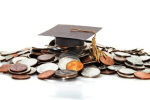 академическая шапочка на куче монет