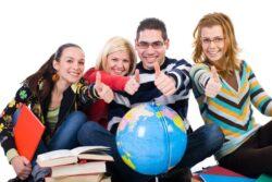 Юноша и три девушкис книгами и глобусом