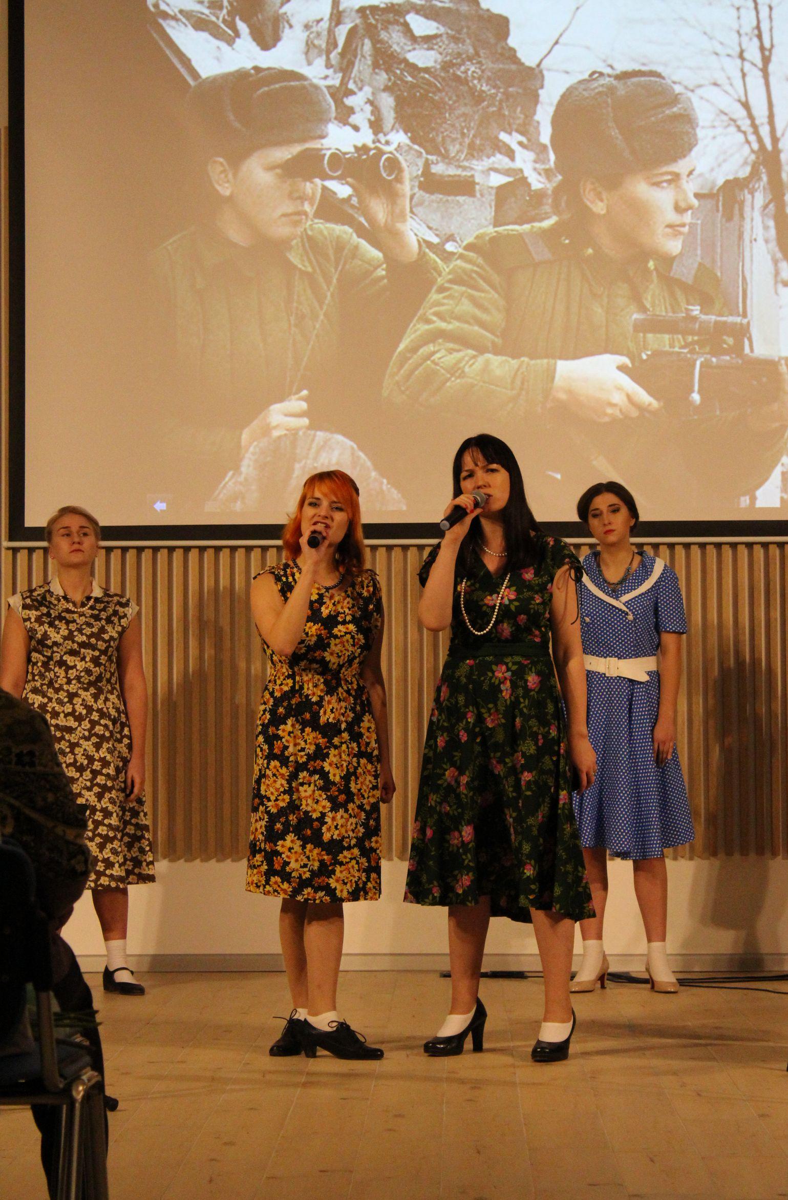 """Песню """"В разведке"""" исполняют Дария Семина и Юлия Покачалова"""