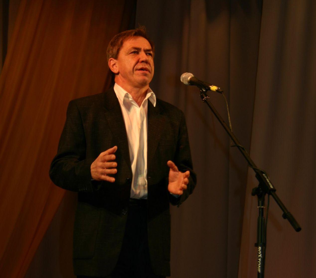 Евгений Думнов читает на сцене