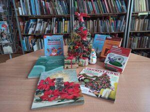 Елка, подарки, снеговик и книги на столе