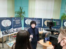 Директор библиотеки открывает выставку