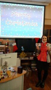 Grammar Workshop Преподаватель с карточками у экрана