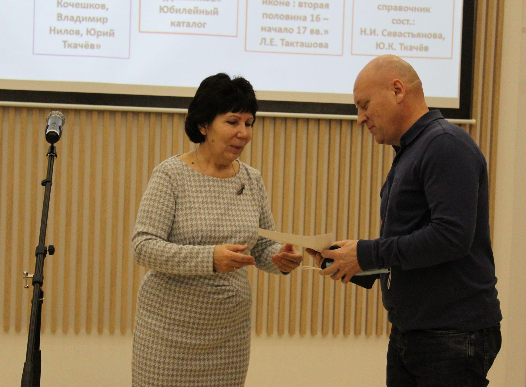 Татьяна Васильевна Брагина награждает номинантов