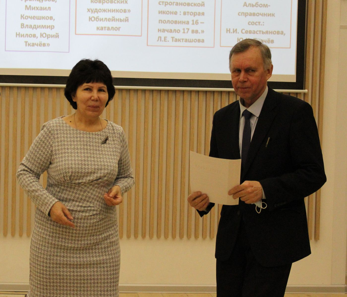 Татьяна Васильевна Брагина награждает номинантов_искусство
