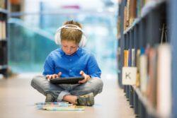 Заставка. Мальчик читает электронную книгу
