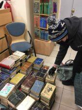 Книги в подарок. Фото читательницы со стопками книг.