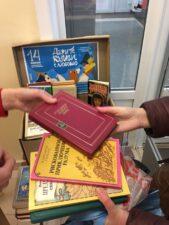 Книги в подарок. Фото передачи книг в дар.