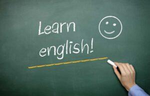 Грамматика английского языка. Рука пишет мелом на доске