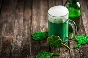 кружка зеленого пива с трилистником