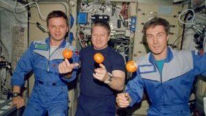 Фото с изображением космонавтов в невесомости