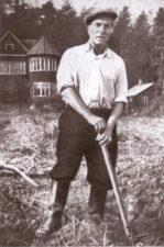 Борис Леонидович Пастернак за работой на своём огороде