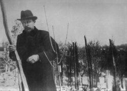 Антон Павлович Чехов за работой в саду