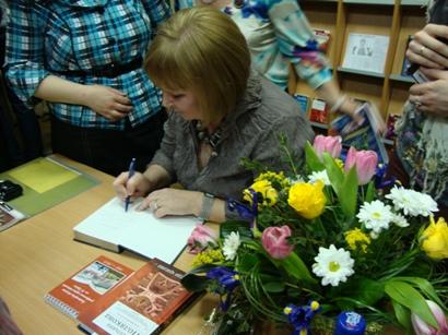 Татьяна Полякова раздает автографы в библиотеке