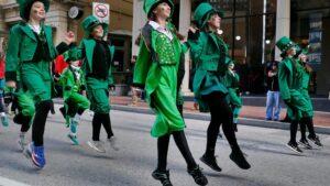 танец людей в зеленом